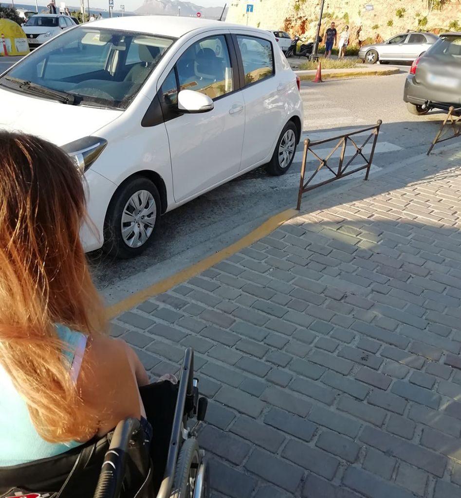 Κρήτη: «Γάιδαρος» παρκάρει σε ράμπα ΑμΕΑ για να πιει το καφεδάκι του στο ενετικό λιμάνι   Photos