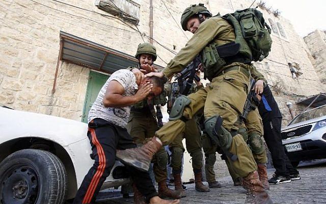 στρατιώτες χτυπούν