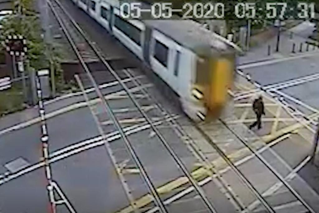 Απρόσεκτος τύπος γλιτώνει από τρένο στο... παρατσάκ! | ΒΙΝΤΕΟ