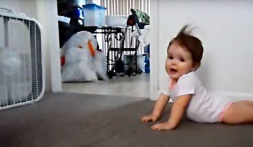 Μωράκι ποζάρει σαν ΣΟΥΠΕΡ ΜΟΝΤΕΛ μπροστά στον ανεμιστήρα! | ΒΙΝΤΕΟ