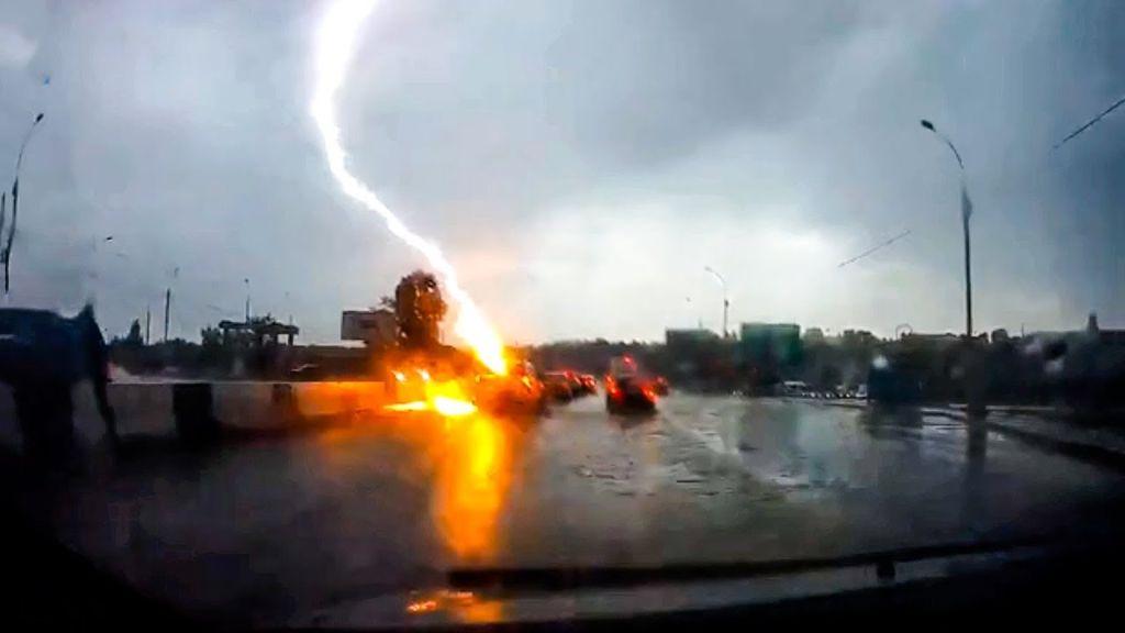 Πραγματικά, η φράση που ταιριάζει σε αυτόν τον τυχερό μες στην ατυχία του οδηγό είναι το «Άγιο είχε!», αφού γλίτωσε στο παρατσάκ όταν έσκασε ξαφνικά ένας κεραυνός.