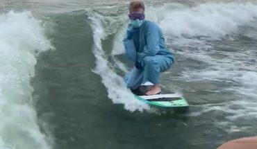 Απίστευτος τύπος κάνει σερφ φορώντας μάσκα ενάντια στον ΚΟΡΟΝΑΪΟ!   ΒΙΝΤΕΟ