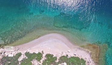 Δείτε το «παραδισένιο» νησί που βρίσκεται λίγα χιλιόμετρα από την Αθήνα | ΒΙΝΤΕΟ