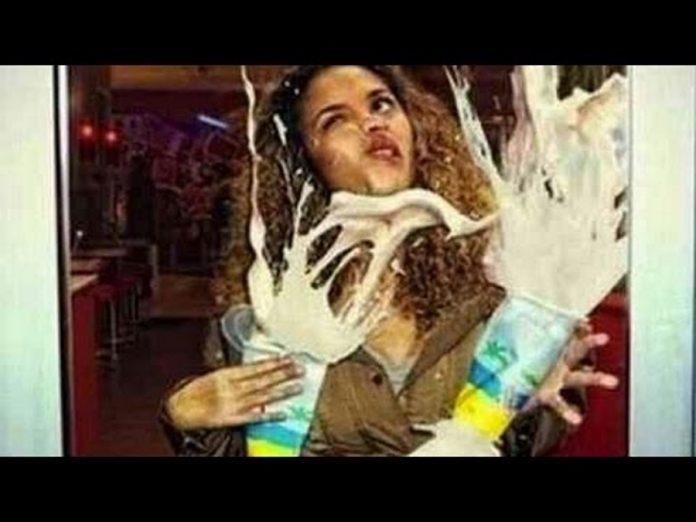 Τρελά γέλια: Απρόσεκτη τύπισσα πέφτει πάνω σε... γυάλινη πόρτα! | ΒΙΝΤΕΟ