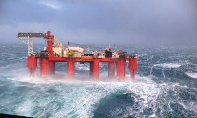 Κύματα 30 μέτρων «καταπίνουν» εξέδρα άντλησης πετρελαίου! | ΒΙΝΤΕΟ