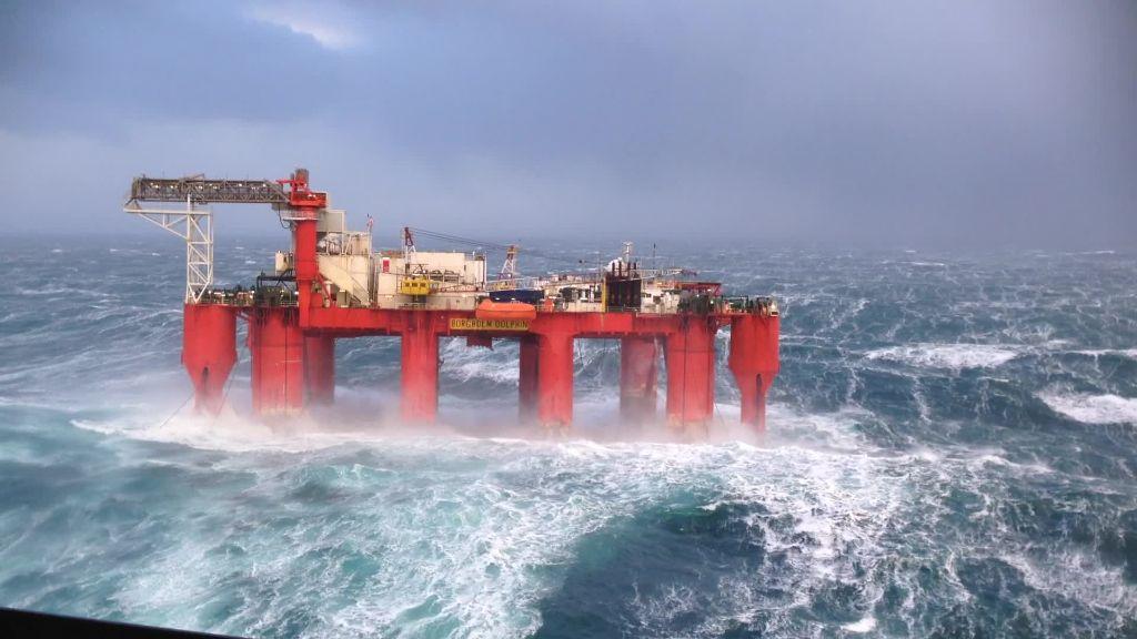 Κύματα 30 μέτρων «καταπίνουν» εξέδρα άντλησης πετρελαίου!   ΒΙΝΤΕΟ