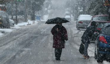 ανδρας με ομπρελα στο χιονι