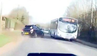 Δείτε τι κάνει αυτός ο αψυχολόγητος ΦΟΝΙΑΣ στον δρόμο! | ΒΙΝΤΕΟ