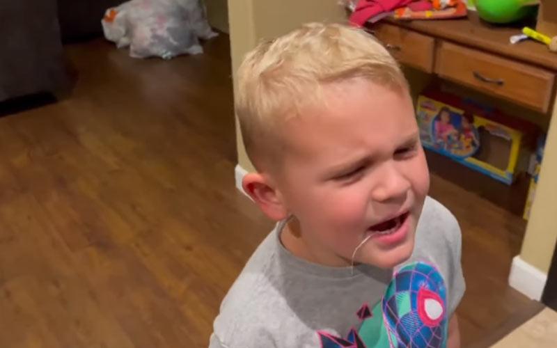 viral βιντεο με παιδι που βγαζει το πρωτο του δόντι