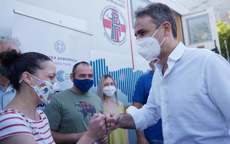 πρωθυπουργος επισκεψη στην κρητη με μαντιναδες ρακες αλλα και αποδοκιμασιες