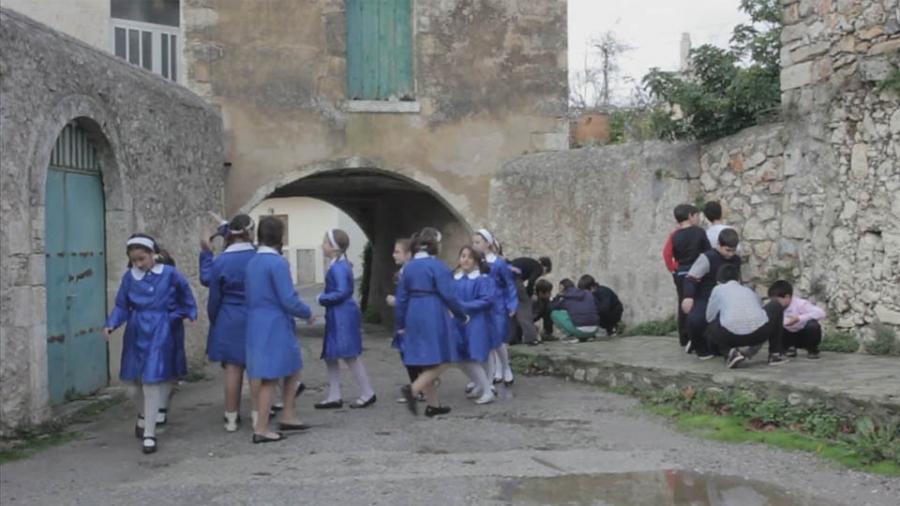 παιδια παιζουν σε χωριο της κρητης